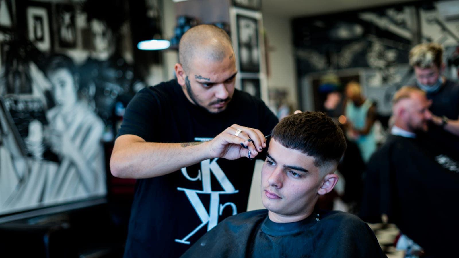 Roman stříhá zákazníka
